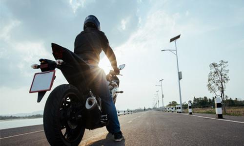 מי אמור לפצות רוכב אופנוע שנפגע בתאונת דרכים במסגרת העבודה?